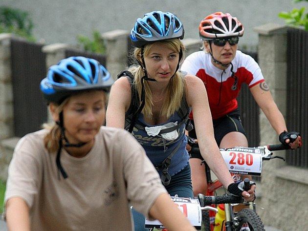 V BEZPEČÍ. Přesto, že mladí lidé přilbu nosí neradi, najdou se i tací, kteří upřednostňují své zdraví před krásou.