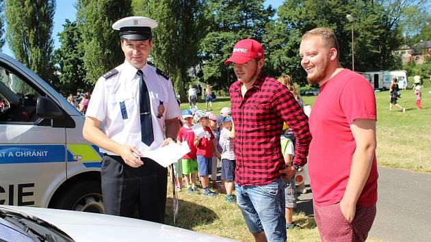 Vedoucí rudenské dálniční policie Vladimír Klímek předvedl návštěvníkům kempu její nejrychlejší policejní vůz.