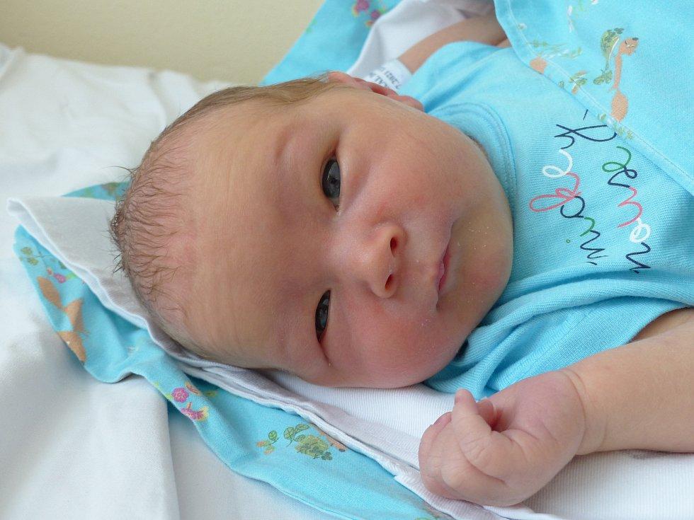 Dominik Smékal se narodil 13. července 2021 v kolínské porodnici, vážil 3205 g a měřil 50 cm. Do Peček si ho odvezl bráška Kuba  (10) a rodiče Radka a Tomáš.