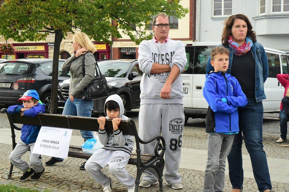 Město Beroun se zaměřilo na prevenci kriminality a sebeobranu dětí i dospělých.  Na Husově náměstí se v úterý konala akce  zaměřená na sebeobranu dětí.  Pro mnohé účastníky akce byla zároveň dobrou inspirací k využití volného času.