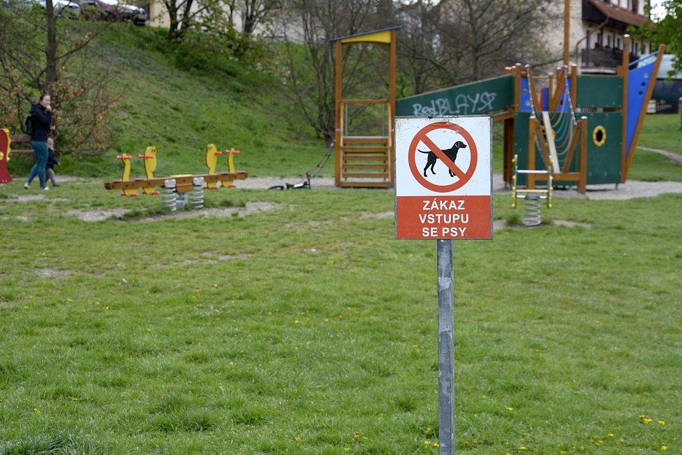 Dětská hřiště byla v Berouně mezi prvními místy, kde se zásobníky na sáčky pro psí exkrementy objevily.