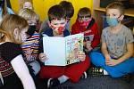 Děti ze školní družiny si četly z knihy Kuře Napipi a jeho přátelé.