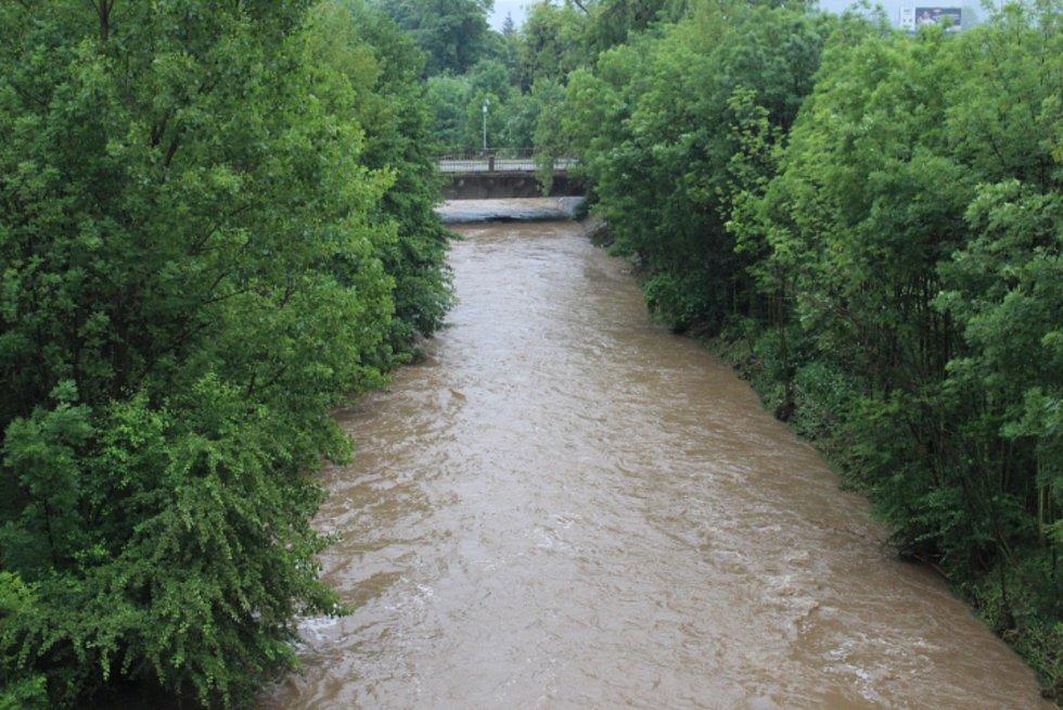 Rozbouřený Stroupínský potok zablokoval ve Hředlích komunikaci směrem na Točník.