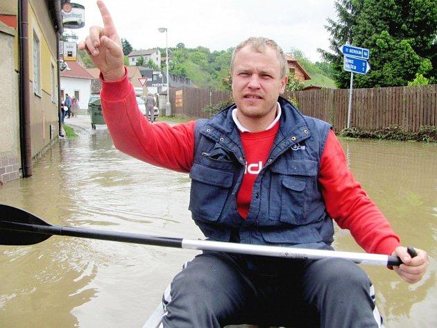 Michal Bastl rozvážel lidi na lodičce