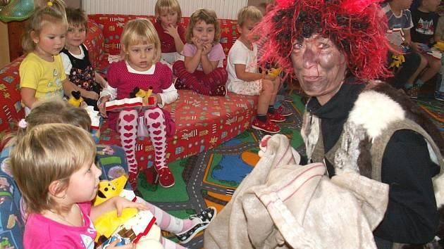 Děti z králodvorské mateřské školy se při návštěvě čertů, Mikuláše a anděla nebály. Radovaly se z dárků a sladkostí, které jim trojice přinesla