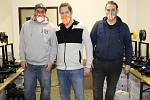 Dobrovolníci z Králova Dvora tisknou ochranné masky, Petr Novák uprostřed.