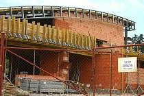 V porovnání s jinými staveništěmi, kde panuje čilý stavební ruch, je v objektu sportovní haly už delší dobu klid