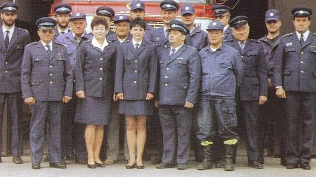 Sbor dobrovolných hasičů v Karlštejně na společné fotografii z roku 1998