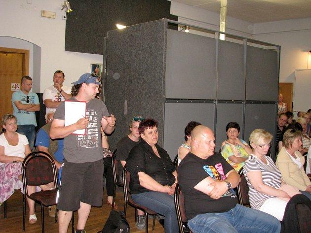 Proti hořovické vyhlášce o omezení provozu restaurací vystoupily desítky odpůrců