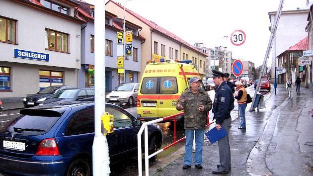 Řidič vyjížděl z Tyršovy ulice v Berouně a nedal přednost chodkyni na přechodu. Došlo ke srážce auta se starší ženou