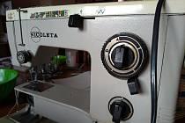 Třicet čtyři let starý stroj, na kterém se šily desítky roušek.