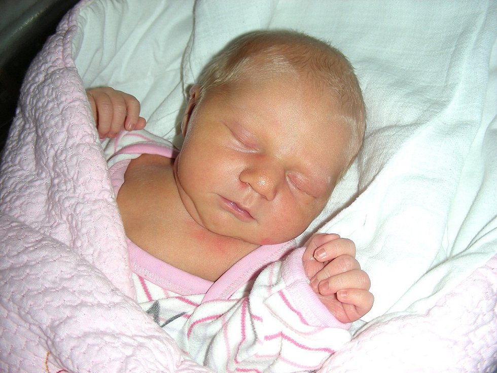 Stejně jako maminka s tatínkem, kteří se brali 11. 11. 2011 v 11 hodin, má ráda jedničky Ema Kubátová, neboť se rozhodla přijít na svět 11. 1. 2014. Emička vážila po narození 3,30 kg a měřila 50 cm. Manželé Iveta a Jan si své štěstíčko odvezou do Králova