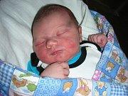 PRVNÍ miminko se narodilo manželům Petře a Janovi Džupinovým z Rokycan. Je to kluk, dostal jméno Jan a na svět přišel 23. července 2017 v Hořovicích. Honzík vážil po porodu 3,76 kg a měřil 51 cm.