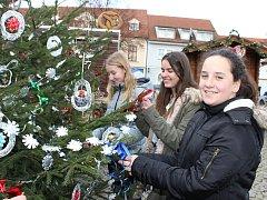 Školáci z Berouna ozdobili stromky na Husově náměstí.