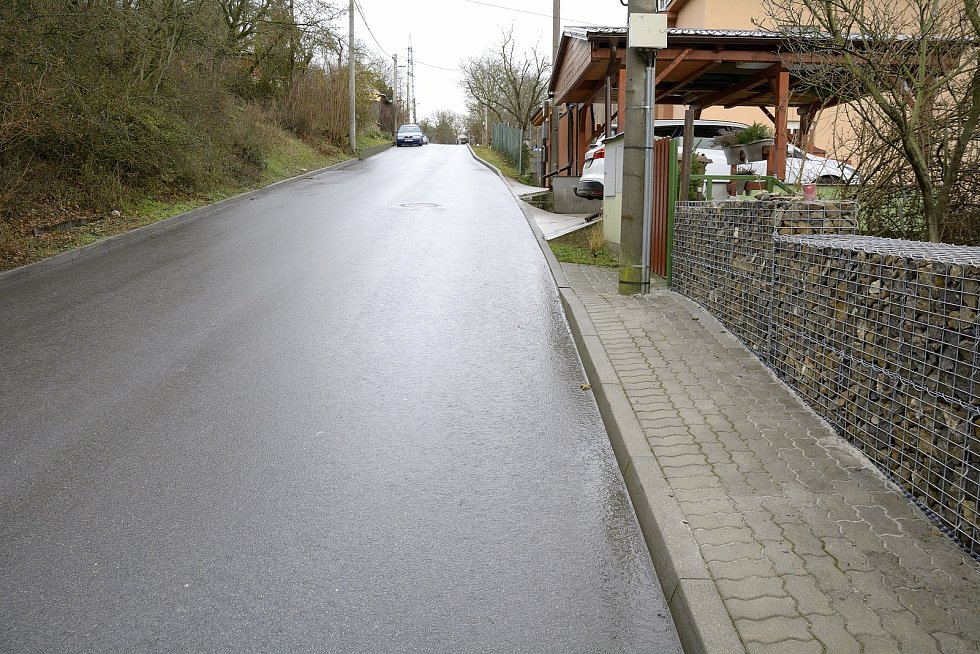 Chodník končí v místech, kde je silnice nejužší.