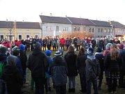 Koledy si zazpívali i žáci a jejich rodiče při Základní škole Komenského Závodí v Berouně. Nechtěli ale čekat do večera, tak si akci Česko zpívá koledy spojili s odpolední vánoční besídkou.