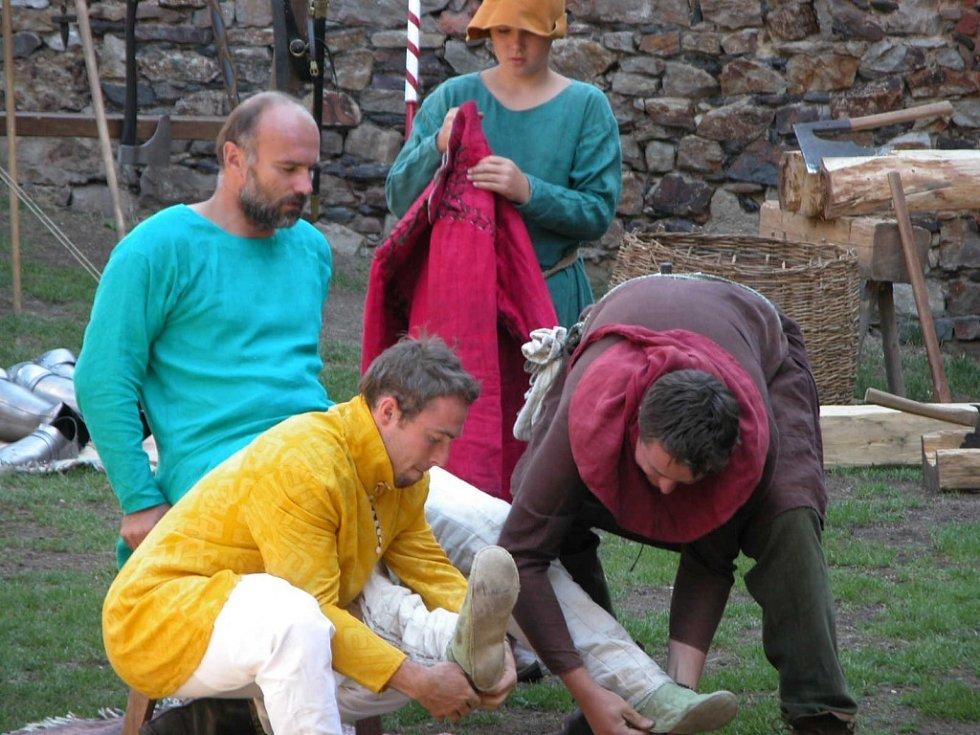 Představení o Karlu IV. v rámci projektu Faber zaujalo o víkendu na Točníku spoustu lidí. Mohli vidět i převlékání do bojové zbroje.