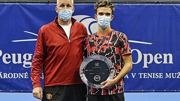 Tomáš Macháč s vítěznou trofejí v Bratislavě.