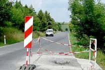 Poškozená silnice mezi Zdicemi a Libomyšlí