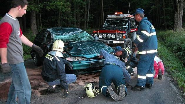 Dopravní nehoda osobního vozu Hyundai blokovala zhruba hodinu v obou směrech silnici směřující z Kublova.