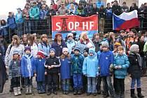 Na hradě Karlštejn školáci protestovali proti těžbě břidlicových plynů frakováním.