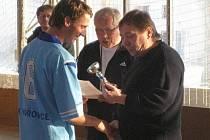 Kapitán Výběru odchovanců a hráč pražské Sparty Matěj Hybš přebírá pohár za první místo v JN Optik Cupu 2010.