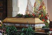 V Blatnici pod Svatým Antonínkem pohřbili zavražděné děti. Těla dvouleté holčičky a sedmiletého chlapce nalezli třináctého května záchranáři v rodinném domu i s jejich pobodanou matkou.