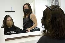 Kadeřnice Monika Hlaváčková s klientem Borisem v Salonu Refresh v Berouně.