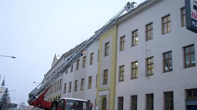Hasiči odklízeli sníh ze střechy Jungmannovy základní školy v Berouně.