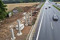 Budování protihlukových stěn na dálnicích u Prahy.