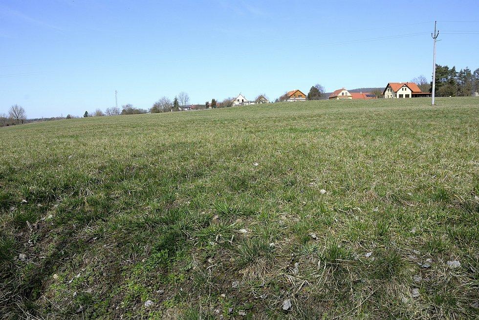 Lokalita v obci Srbsko známá jako Hrašov, kde se pozemky nacházejí.