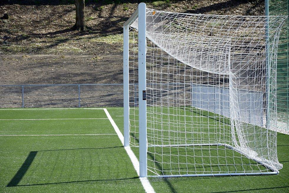Nové fotbalové hřiště s umělou trávou v Hořovicích.