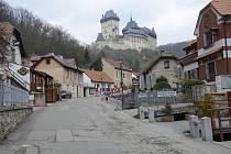 Proslulá pěší zóna v Karlštejně je bez turistů.