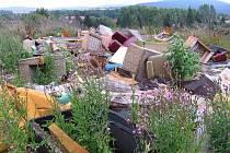 Hromada odpadu hyzdila les u Lochovic dlouhé měsíce.