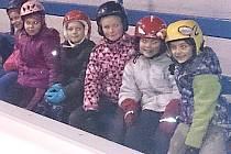 Děti se připravuji ke vstupu na led