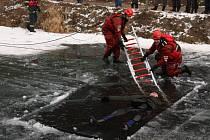 Hasiči zachraňovali tonoucí v ledové vodě