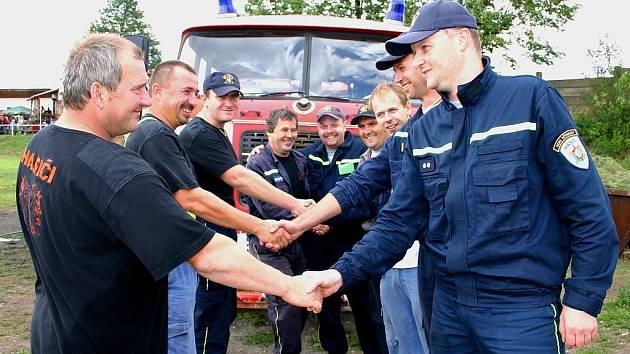 Tradiční hýskovské slavnosti měly u veřejnosti úspěch. Lidé s napětím sledovali utkání hýskovských hasičských týmů.