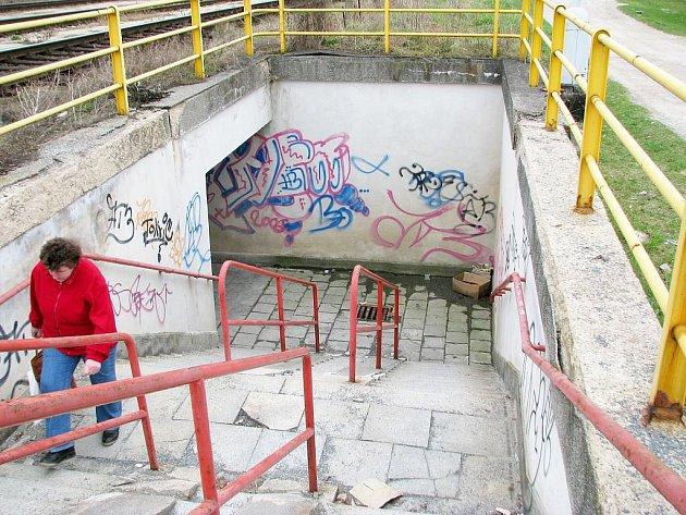 Lidé ignorují podchod v berounské lokalitě Závodí, chodí přes koleje