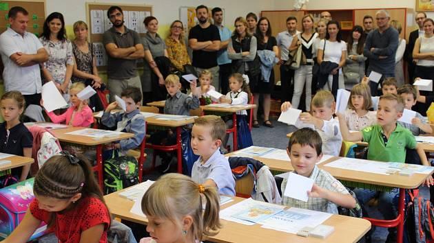 První třídy Jungmannovy základní školy v Berouně zcela zaplnili děti a jejich rodiče. Mnohé prvňáčky doprovázeli v prvním školním dnu i babičky a dědečkové.
