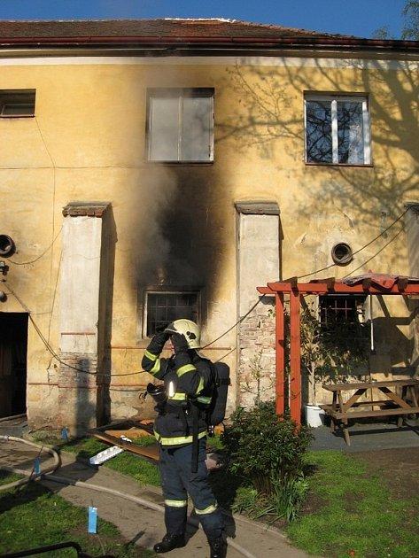 Požár uvěznil rodinu v bytě