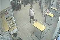 Policie hledá muže měnící peníze se ziskem.