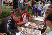 Po utkání se hráči Žižkova ochotně podepisovali.