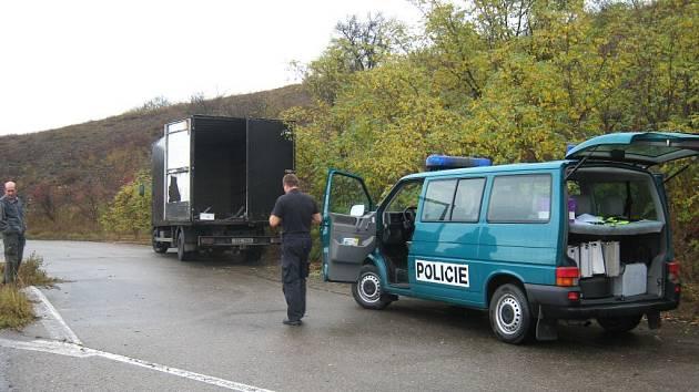 Lupiči řidiče nákladního vozu přepadli na odpočivadle u Berouna