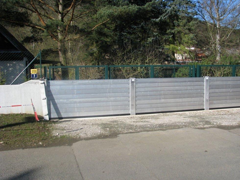 Zkušební stavba protipovodňové hráze na berounském Závodí.