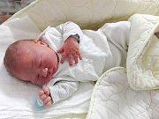 ZMUCHLANÝ malý šmoulík s pěknou váhou 4,06 kg a mírou 49 cm, se 17. 7. 2017 narodil manželům Vlaďce a Tomášovi Raticovým z Loděnice. Chlapeček dostal jméno Nicolas a dětským světem ho bude provázet bráška Samuel (2,5).  Foto: Rodina
