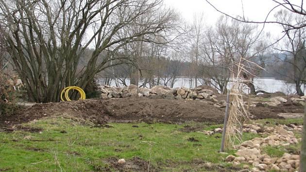 Místo přírodního biokoridoru, který by měl zůstat nedotčen, je u Záskalské přehrady staveniště.