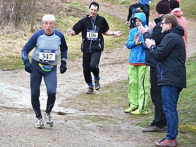 Čtyřiatřicet minut - to je jeho čas na sedmikilometrové trati Josefského běhu v Cerhovicích.