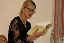 Helena Kreisengerová četla z knihy Evžena Bočka v zaplněné kavárně zámku Hořovice.