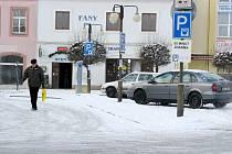 Za první hodinu parkování v centru Žebráku řidiči neplatí. Zatím