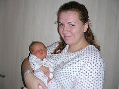 MAMINKA Ilona chová v náručí prvorozenou dceru Michaelu, která se jí narodila 29. září 2017. Míša Bartušková přišla na svět s váhou 3,83 kg a mírou 51 cm. Tatínek Stanislav si nenechal narození dcerky ujít a byl mamince na porodním sále velkou oporou.